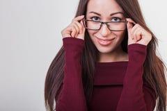 Γυναίκα στα γυαλιά, γυναίκα σε ένα γκρίζο υπόβαθρο Στοκ εικόνα με δικαίωμα ελεύθερης χρήσης
