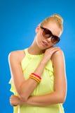 Γυναίκα στα γυαλιά ηλίου που αγκαλιάζουν τον ώμο της. Στοκ Εικόνες