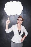 Γυναίκα στα γυαλιά που παρουσιάζουν σε κάτι από το δάχτυλο Στοκ Φωτογραφία
