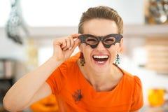 Γυναίκα στα γυαλιά ροπάλων κομμάτων στη διακοσμημένη αποκριές κουζίνα Στοκ Εικόνες
