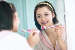 Γυναίκα στα δόντια βουρτσών λουτρών Στοκ φωτογραφία με δικαίωμα ελεύθερης χρήσης
