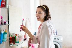 Γυναίκα στα δόντια βουρτσών λουτρών Στοκ Εικόνα