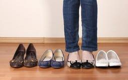 Γυναίκα στα επίπεδα παπούτσια μπαλέτου Στοκ Εικόνα