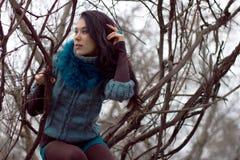Γυναίκα στα θερμά ενδύματα positng υπαίθρια Στοκ Εικόνα
