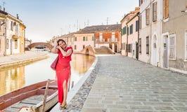 Γυναίκα στα κανάλια του αρχαίου χωριού στοκ εικόνα με δικαίωμα ελεύθερης χρήσης