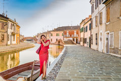 Γυναίκα στα κανάλια του αρχαίου χωριού στοκ εικόνες