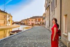 Γυναίκα στα κανάλια του αρχαίου χωριού στοκ φωτογραφίες