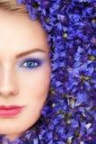 Γυναίκα στα μπλε λουλούδια Στοκ εικόνα με δικαίωμα ελεύθερης χρήσης