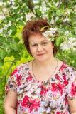 Γυναίκα στα λουλούδια της Apple Στοκ Φωτογραφίες