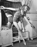 Γυναίκα στα παπούτσια ballerina που χορεύουν μπροστά από έναν καθρέφτη (όλα τα πρόσωπα που απεικονίζονται δεν ζουν περισσότερο κα Στοκ φωτογραφία με δικαίωμα ελεύθερης χρήσης