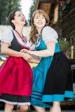 Γυναίκα στα παραδοσιακά αυστριακά ενδύματα που έχουν τη διασκέδαση Στοκ Φωτογραφία