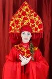 Γυναίκα στα ρωσικά παραδοσιακά ενδύματα Στοκ φωτογραφία με δικαίωμα ελεύθερης χρήσης