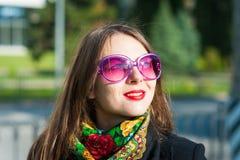 Γυναίκα στα ρόδινα γυαλιά ηλίου Στοκ Εικόνες