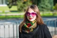 Γυναίκα στα ρόδινα γυαλιά ηλίου Στοκ Φωτογραφία