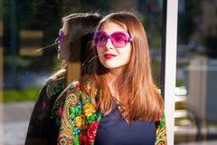 Γυναίκα στα ρόδινα γυαλιά ηλίου Στοκ εικόνα με δικαίωμα ελεύθερης χρήσης