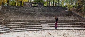 Γυναίκα στα σαρόγκ στο αμφιθέατρο στοκ εικόνα