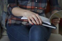 Γυναίκα στα σημειωματάρια εκμετάλλευσης πουκάμισων καρό στοκ εικόνες με δικαίωμα ελεύθερης χρήσης