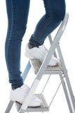 Γυναίκα στα τζιν σε μια σκάλα βημάτων. Στοκ Εικόνες
