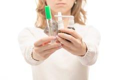 Γυναίκα στα χέρια του θερμομέτρου χαπιών ιατρικής στοκ φωτογραφία με δικαίωμα ελεύθερης χρήσης
