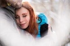Γυναίκα στα όπλα του άνδρα της, καλλιεργημένη εικόνα Στοκ εικόνα με δικαίωμα ελεύθερης χρήσης