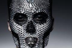 Γυναίκα στα rhinestones με το πρόσωπο κρανίων Στοκ Φωτογραφία