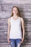 Γυναίκα στην άσπρη κορυφή δεξαμενών Στοκ εικόνες με δικαίωμα ελεύθερης χρήσης