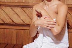 Γυναίκα στην άσπρη πετσέτα σε μια σάουνα Στοκ Φωτογραφίες