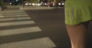 Γυναίκα στην ένδυση ικανότητας που τρέχει στο ζέβες πέρασμα Πίσω μετά από την άποψη Θερινή βράδυ ή νύχτα Βιομηχανική πράσινη πόλη φιλμ μικρού μήκους