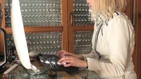 Γυναίκα στην έξυπνη εργασία απόθεμα βίντεο