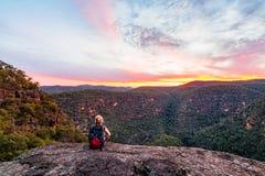 Γυναίκα στην αγριότητα βουνών στοκ εικόνες