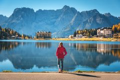 Γυναίκα στην ακτή της λίμνης Misurina στην ανατολή το φθινόπωρο στοκ εικόνες με δικαίωμα ελεύθερης χρήσης
