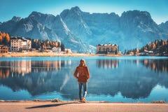 Γυναίκα στην ακτή της λίμνης Misurina στην ανατολή το φθινόπωρο στοκ φωτογραφίες με δικαίωμα ελεύθερης χρήσης