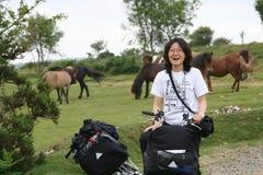 Γυναίκα στην ανακύκλωση διακοπών Στοκ φωτογραφία με δικαίωμα ελεύθερης χρήσης