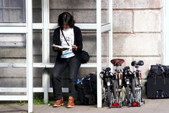 Γυναίκα στην ανακύκλωση διακοπών Στοκ εικόνες με δικαίωμα ελεύθερης χρήσης