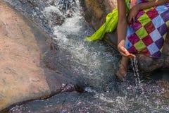 Γυναίκα στην αφρικανική εξάρτηση στα πρόθυρα του ρευστού ποταμού Interactin Στοκ εικόνα με δικαίωμα ελεύθερης χρήσης