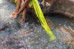 Γυναίκα στην αφρικανική εξάρτηση στα πρόθυρα του ρευστού ποταμού Interactin Στοκ εικόνες με δικαίωμα ελεύθερης χρήσης