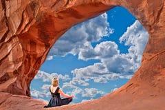 Γυναίκα στην αψίδα με την άποψη του ουρανού και των σύννεφων Στοκ φωτογραφία με δικαίωμα ελεύθερης χρήσης