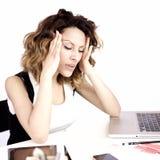 Γυναίκα στην εργασία με τον πολύ ισχυρό πονοκέφαλο Στοκ Εικόνα