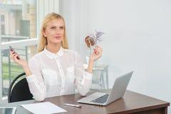 Γυναίκα στην εργασία Νέα και βέβαια επιχειρησιακή γυναίκα που φαίνεται forwar Στοκ φωτογραφία με δικαίωμα ελεύθερης χρήσης