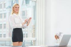 Γυναίκα στην εργασία Νέα και βέβαια επιχειρησιακή γυναίκα που φαίνεται forwar Στοκ Εικόνες