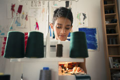 Γυναίκα στην εργασία ως ράφτη στο ατελιέ σχεδίου μόδας Στοκ φωτογραφία με δικαίωμα ελεύθερης χρήσης