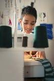 Γυναίκα στην εργασία ως ράφτη στο ατελιέ σχεδίου μόδας Στοκ Φωτογραφίες