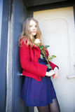 Γυναίκα στην ημέρα δίπλα στην πόρτα λεκέδων Στοκ εικόνες με δικαίωμα ελεύθερης χρήσης