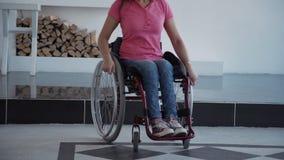 Γυναίκα στην ημέρα εξόδων αναπηρικών καρεκλών άνεσης στο σπίτι απόθεμα βίντεο