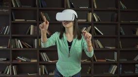 Γυναίκα στην κάσκα vr που κτυπά μια εικονική οθόνη απόθεμα βίντεο