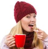 Γυναίκα στην ΚΑΠ και το μελόψωμο εκμετάλλευσης σαλιών και φλυτζάνι του καυτού τσαγιού, χρονική έννοια Χριστουγέννων Στοκ φωτογραφία με δικαίωμα ελεύθερης χρήσης