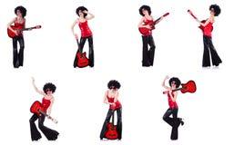 Γυναίκα στην κιθάρα παιχνιδιού περουκών afro στοκ εικόνες