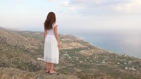 Γυναίκα στην κορυφή βουνών που κοιτάζει στο πανόραμα θάλασσας, Κρήτη απόθεμα βίντεο