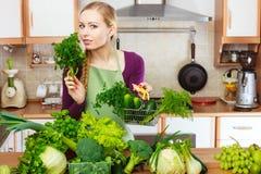 Γυναίκα στην κουζίνα που έχει τα λαχανικά που κρατούν το καλάθι αγορών Στοκ εικόνα με δικαίωμα ελεύθερης χρήσης