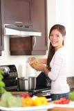 Γυναίκα στην κουζίνα που κατασκευάζει τα τρόφιμα Στοκ Εικόνες